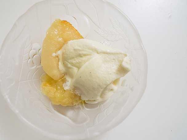 Päron med knäcktäcke och vaniljglass