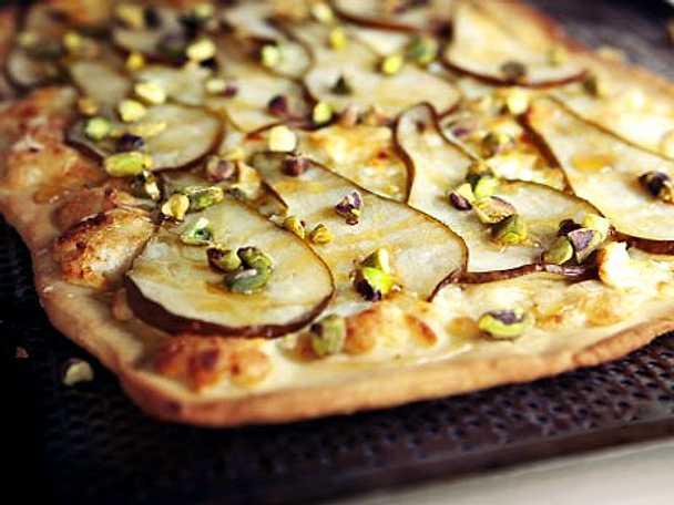 Päronpizza med chèvre och pistasch
