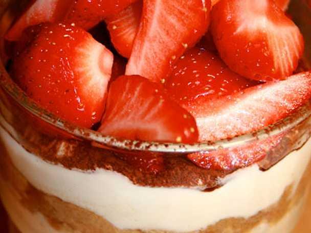 Passionsfruktstiramisu med jordgubbar