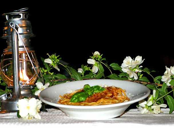Pasta con salsa di pomodori delle seppie ripiene