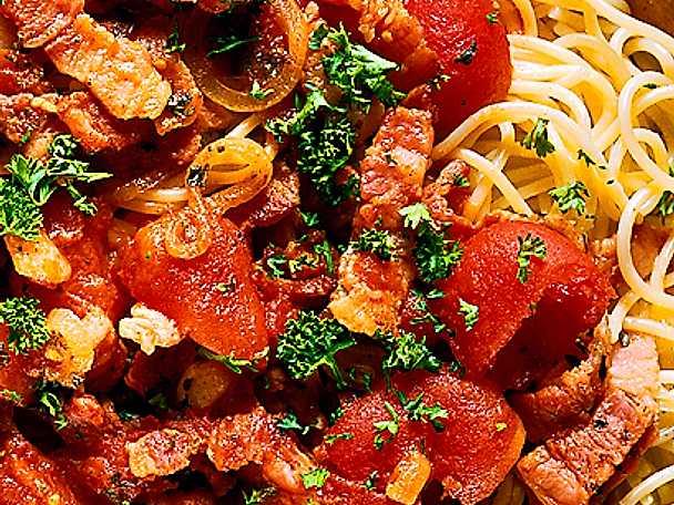 Pasta med bacon och tomatsås