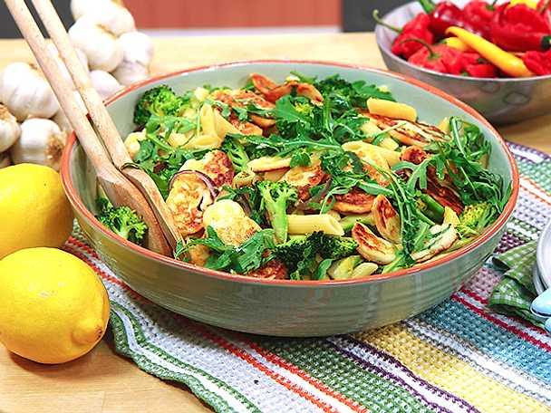 Pasta med broccoli och stekt halloumi