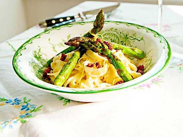 Pasta med citronstekt sparris och cantadousås