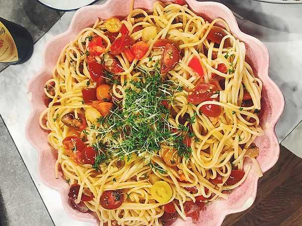 Pasta med färska tomater, smörstekt vitlök och krasse