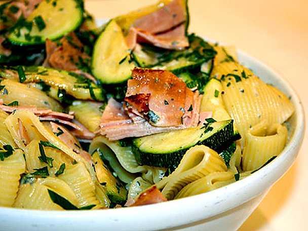 Pasta med gorgonzola, zucchini och skinka