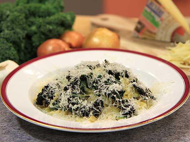 Pasta med gruyère och krispig grönkål