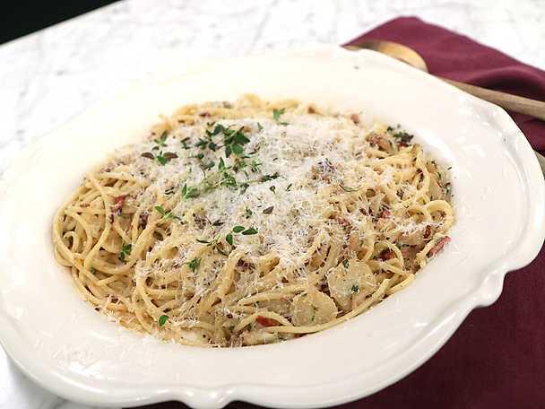 Pasta med kalkonbacon, jordärtskocka och parmesan