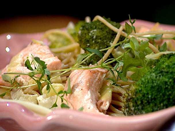 Pasta med krämig lax- och broccolisås