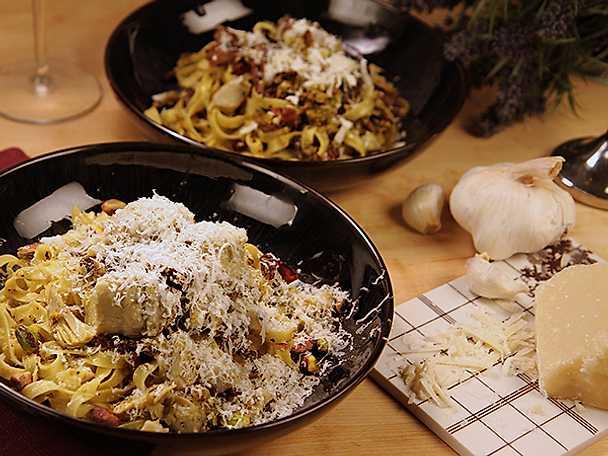 Pasta med kronärtskockor samt svamp och pistagenötsmix