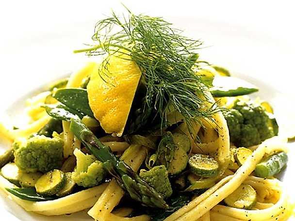 Pasta med romanesco, sockerärter och grön sparris