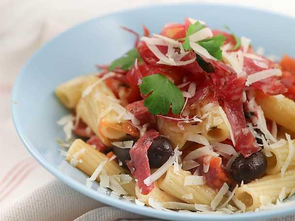 Pasta med salami och oliver