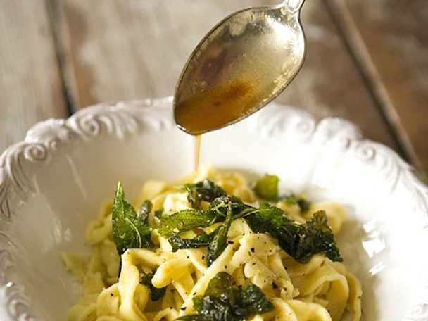 pasta med smörfriterad salvia