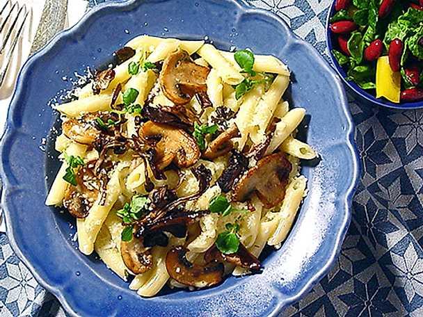 Pasta med svamp och spenatsallad