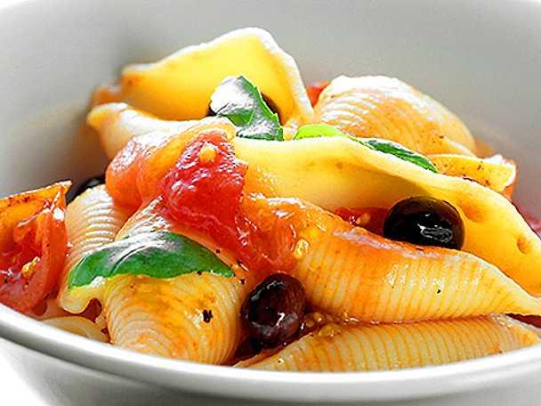 Pasta med tomat och oliver