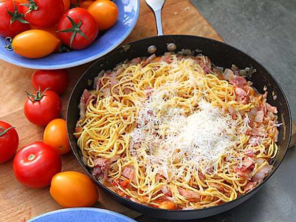 Pasta med tomat och sidfläsk