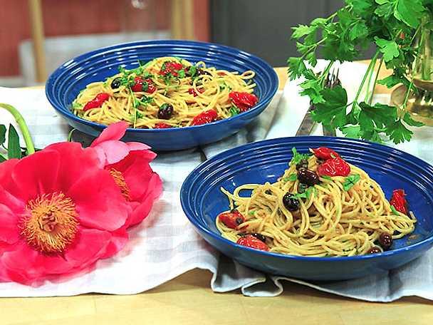 Pasta med tomat, sardeller och oliver