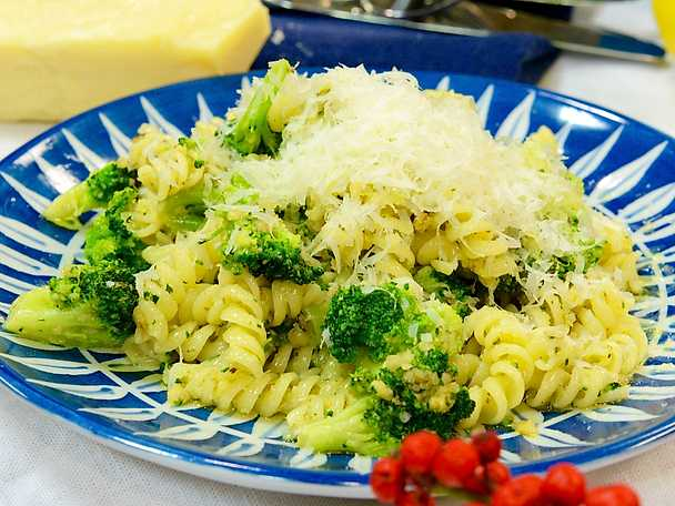 Pasta med valnötspesto och broccoli