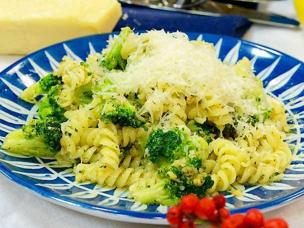 Pasta med valnötspesto och broccoli