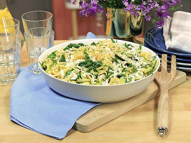 Pasta med zucchini, vitlök och mozzarella