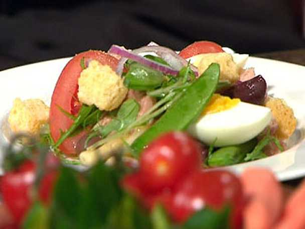 Pasta Niçoise med senapsvinägrette och knapriga krutonger
