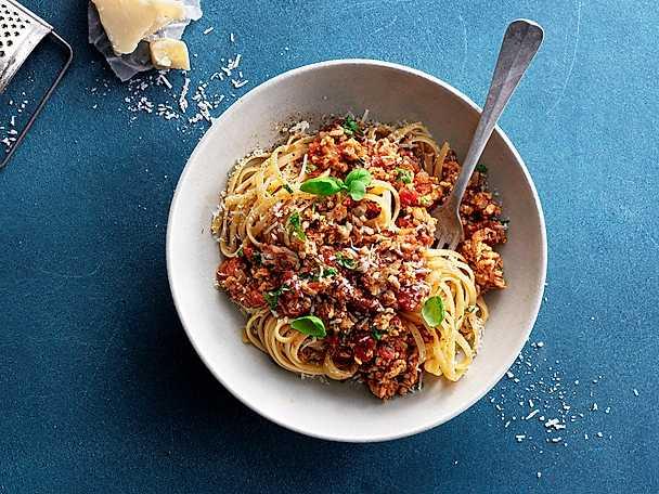 Pasta Pollognese med parmesan och basilika