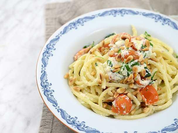 Pasta ricotta med tomat, vitlök och örter