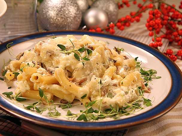 Pastagratäng med bacon, svamp och ostsås