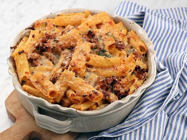 Pastagratäng med fläskfärs, mozzarella och tomat