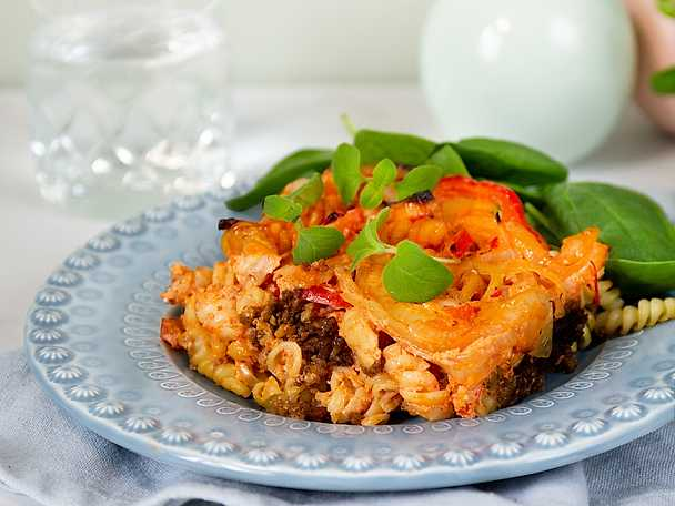 Pastagratäng med vegofärs och paprika