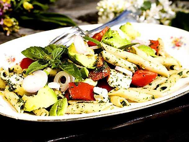 Pastasallad med fetaost och avokado