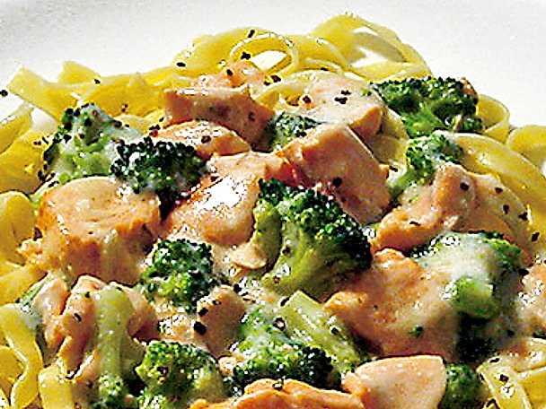 Pastasås med lax och broccoli