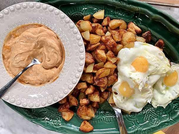 Patatas bravas med stekt ägg och aioli