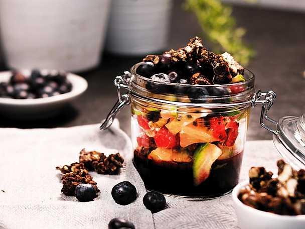Pauluns Fruktsallad med varma blåbär och krossad proteinbar
