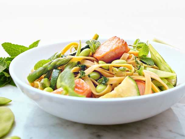 Pauluns pasta med lax, krispiga grönsaker och örtolja