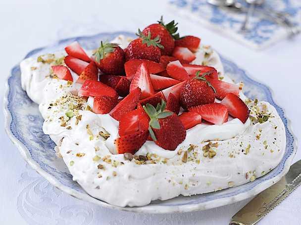 Pavlova med jordgubbar och pistagenötter