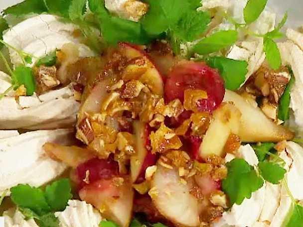 Pavlova med pistage, aliceäpplen och nougatglass