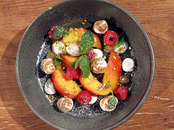 Peach Melba med italiensk maräng, ingefärspuré och pistagenötter
