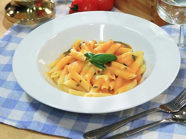 Penne med tomater, basilika och mozzarella