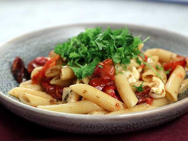 Penne med ugnsrostade tomater och mozzarella