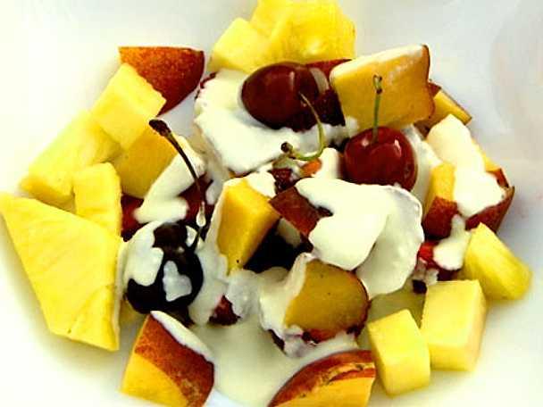 Pers fruktsallad med persika, hallon och körsbär