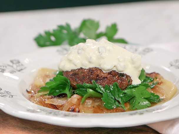 Persiljebiffar med ölkokt potatis och kräm på saltgurka