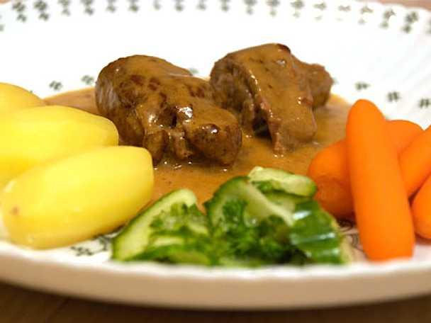 Persiljefyllda kalvrulader serverade med ciderkokta morötter, inlagd gurka, gräddsås och kokt potatis