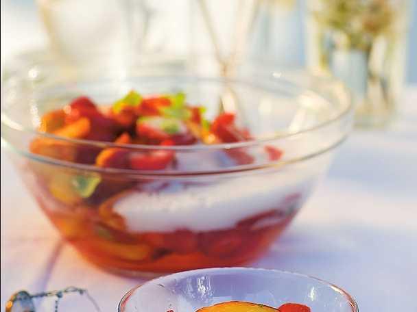 Pesche e fragole con vino spumante - persikodessert