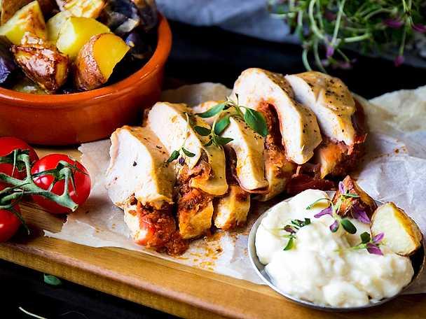 Pesto- och prosciuttofylld kyckling med patata bravas