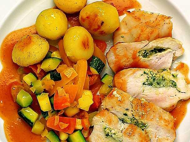 Pestofylld kycklingfilé med smörfrästa grönsaker