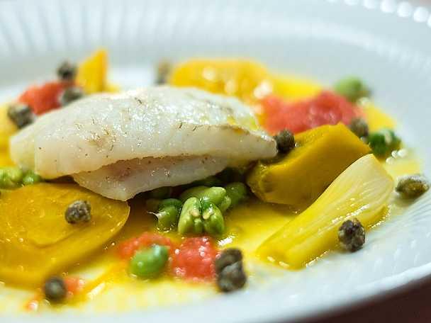 Piggvar och ljummet saffransgrönt med mussel- och tomatbuljong