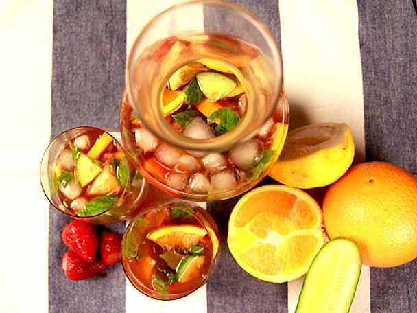 Pimm's bål med jordgubbar och mynta