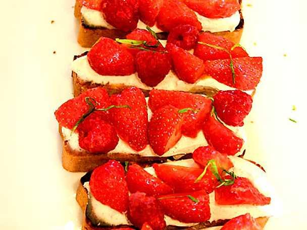 Pistagekaka Mascapone med jordgubbar och vanilj