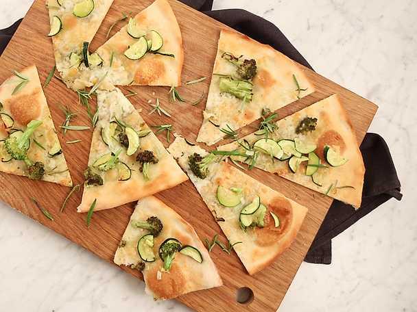 Pizza bianca med broccoli och zucchini