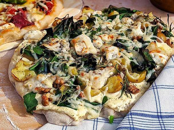 Pizza bianco med färskpotatis, chèvre och tryffelolja